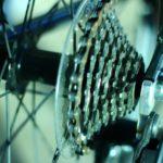 電動アシスト自転車で坂を登る場合シフトアップ可能だがダウンは難しい?
